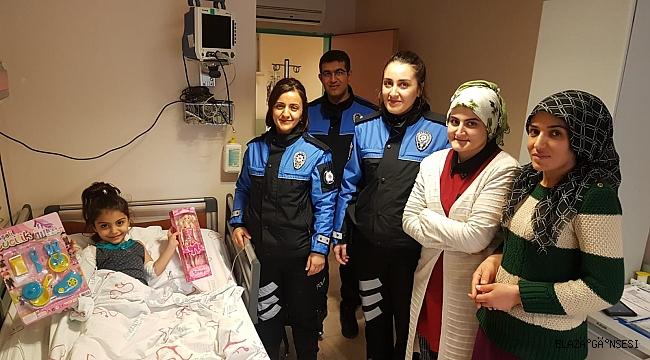 DEPREMZEDE HİRA NUR'A POLİSLERDEN MORAL ZİYARETİ