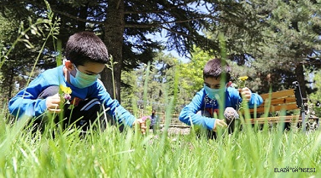 Elazığ'da 5 yaşındaki ikizler 4 saatlik izinde doyasıya eğlendi
