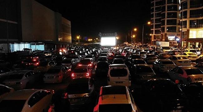 Elazığ'da arabada sinema keyfi