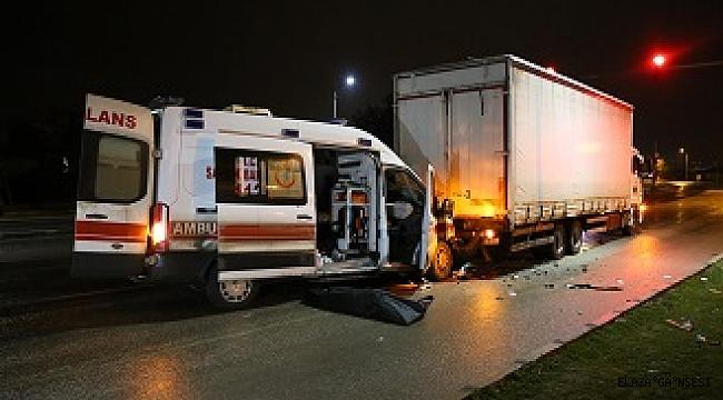 Elazığda ambulans kırmızı ışıktan duran kamyona çarptı