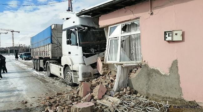 Kontrolden çıkan tır eve çarptı: 1 yaralı