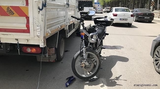Motosiklet, kamyonete çarptı: 2 yaralı