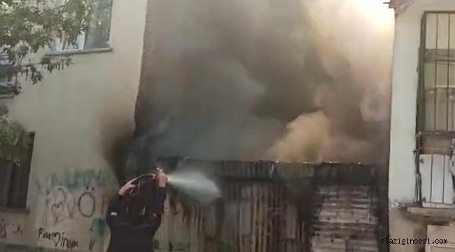 Elazığ'da baraka yandı, iki binaya sıçraması ekiplerin müdahalesiyle engellendi